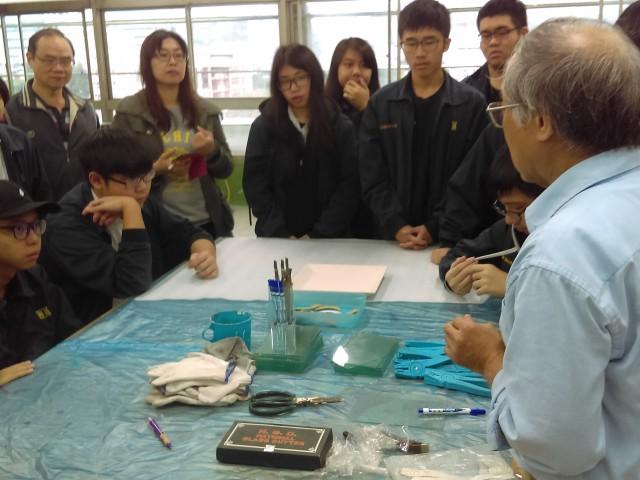 107-1先鋒計畫-嘉美彩色鑲嵌玻璃藝術工坊負責人到校教授玻璃切割、噴砂藝術